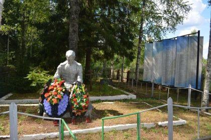 мемориал в д. Лонна, куда в 1950 г. был перезахоронен Кузнецов М.Б. (в списке № 810)