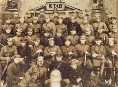 Групповой снимок на фоне штаба