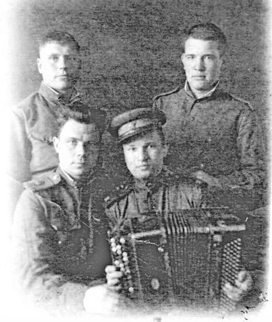 Коротков Андрей Викторович (сидит слева)