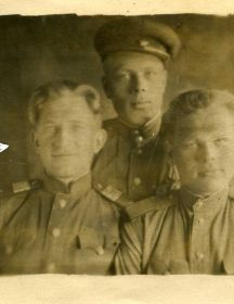 Коренков Алексей Степанович. На фото слева