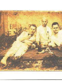 Попов Герасим Стефанович (в центре)