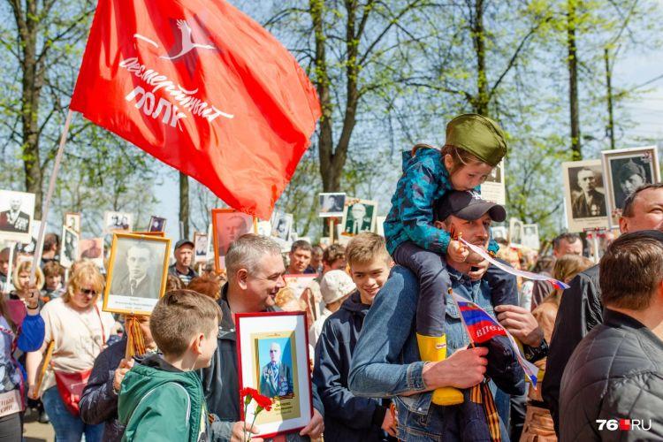 76.RU: Почти бесконечный. 25 тысяч человек прошли в «Бессмертном полку» по Ярославлю