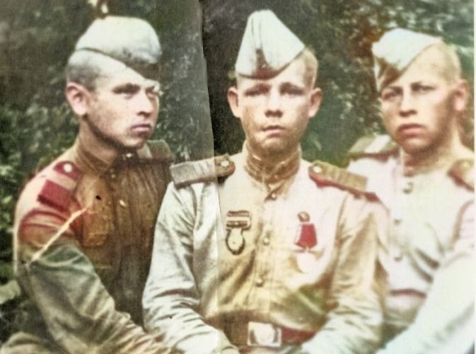 «Не ваш солдат?». В поселковой библиотеке на Вологодчине спасают архив военных фотографий