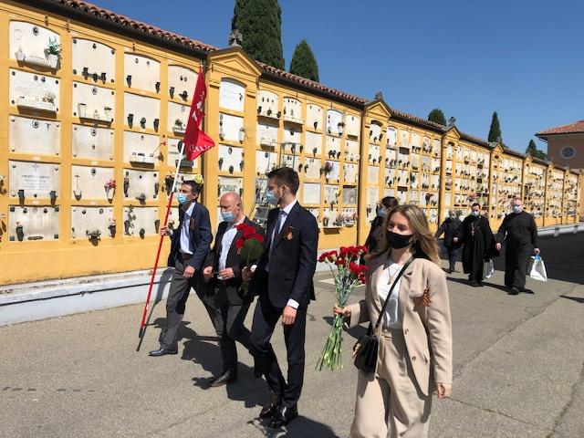 Возложение цветов к памятнику павшим партизанам