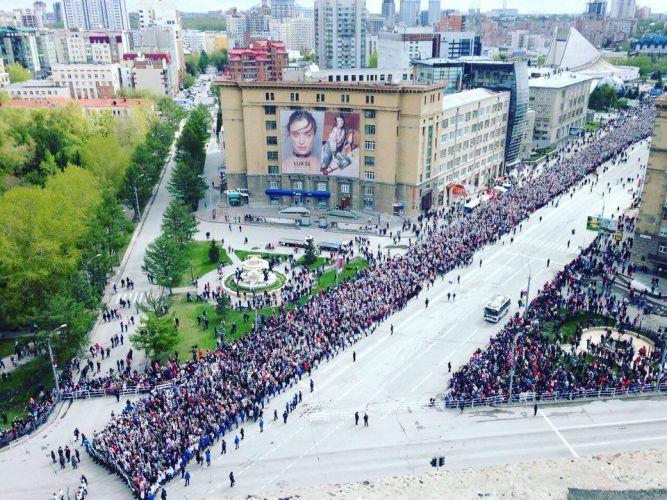 """В колонну """"Бессмертного полка"""" в этом году в Новосибирске встали 250 тысяч человек"""