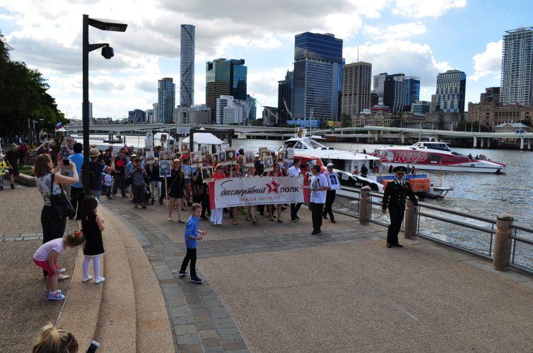 В Австралии участники акции «Бессмертный полк» прошли по набережной Брисбена - Первый Канал