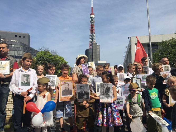 """Видео шествия """"Бессмертного полка"""" на территории посольства РФ в Токио, 6-е мая 2017 г."""