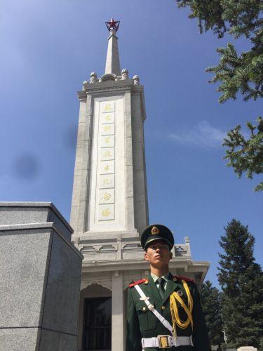 Впервые родственники советских солдат на братской могиле в Китае в уезде Чжанбэй.