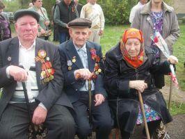 У памятника воинам-землякам в посёлке Молодёжный Тоцкого района Оренбургской области