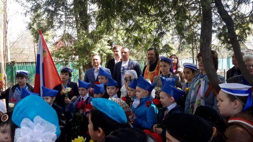 2015 г. 8 мая у памятника на митинге школьники, батюшка, администрация района