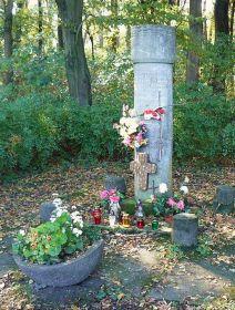 г. Познань. Памятник жертвам концлагеря «Форт VII», установленный на восточном берегу озера Русалка. Он  посвящён 40  жертвам  концлагеря, погибшим в декабре 1940 г.
