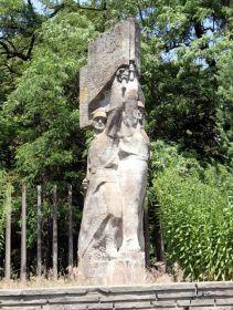 Памятник Советско-Польским воинам освободителям на воинском кладбище.