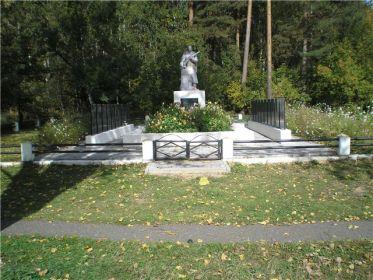 Воинский мемориал в поселке Ухлясть Быховского района Могилевской области Республики Беларусь, где увековечено имя старшего сержанта Калинина Н.А.