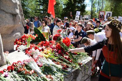 Возложение цветов участниками шествия