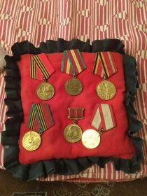 Юбилейные медали ;