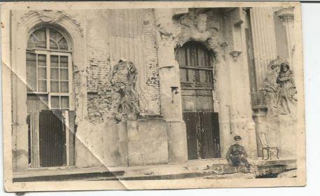 Дмитриев Александр Алексеевич на фоне старинного здания в городе освобожденной Европы