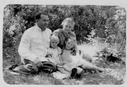 наши родители, моя сестра Наташа и я