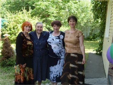 Сестра Павла Павловича - Тамара (в центре)