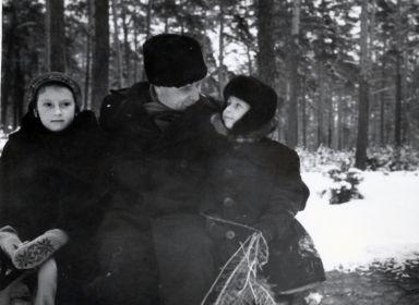 Александр Иванович с внуками