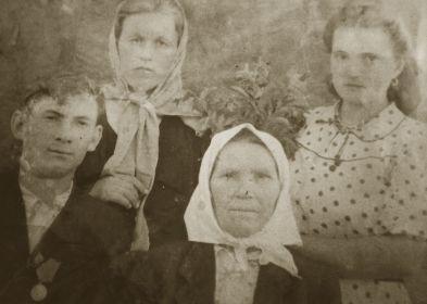 Мать Авилкина Ульяна Тарасовна, брат Константин и сестра Александра