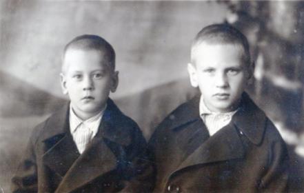 С братом Лёвой (слева)