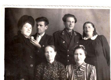 Брат Николай с женой Надеждой, сестра Мария с Яковом Гассо, внизу- мать Анна Ананьевна и сестра Антонина.
