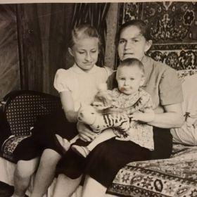 Жена Анна, дочь Людмила, дочь Нина