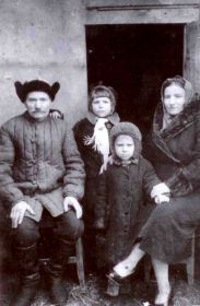 1944год. Конозова Пелагея Захаровна со своим отцом Захаром Иванченко, с дочерью Валентиной и сыном Сашей.