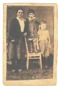 Жена Лобанова (Хлытина) Александра Семеновна с детьми- дочь Валентина и сын Владимир.