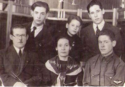 Отец-Соболев Павел Николаевич, мать-Соболева Александра Ивановна, старший брат-Анатолий (погиб),брат Евгений,Владимир (вверху слева), младший брат Георгий.
