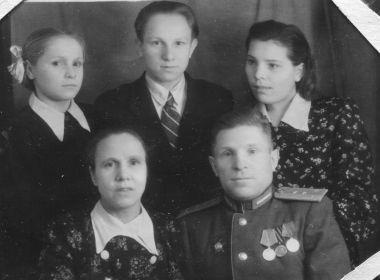 На фото: рядом жена Ольга. Стоят слева напрво: дочь Тамара, сын Сергей и сестра Ксения (моя мама)