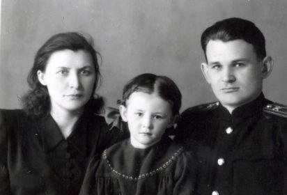 С женой и дочкой Еленой
