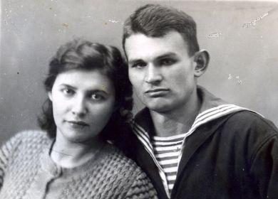 С женой Леонтьевской (Колпаковой) Анной Ивановной прожили вместе более 40 лет