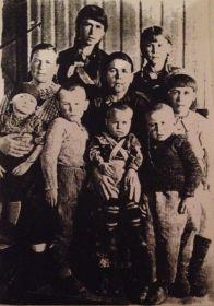 Эту фотографию всей семьи отправила моя бабушка на фронт моему деду