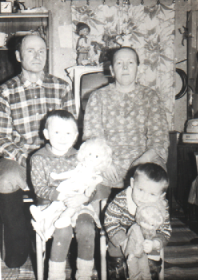 С мужем Дмитрием и внучками Натальей и Марией