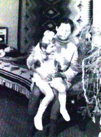 Бабушка Мария Макаровна держит на коленях мою маму, которой 6 лет