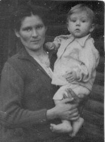 Жена Мария Макаровна (Колесова) с сыночком Сашенькой
