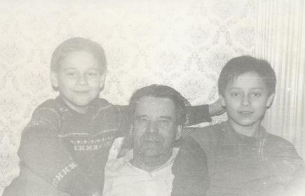 И, собственно, я и мой родной старший брат Серёга с Дедушкой)))
