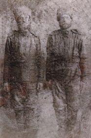 Справа-Шулаков Василий Егорович. Он является дедушкой невестки Людмилы Кокориной и мой прадедушка!!! На фото он ориентировочно в 1914-1918г.г.