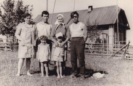 """1973 год - погостить в летний отпуск приехал сын Леонид с супругой и детьми (я-""""мелкая""""). Позируем на фоне дома, который строил Александр Трофимович (Лёня всегда помогал в меру своих юношеских сил)"""