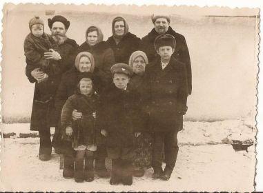 Дед Аристарх с сыном, снохой и внуками (я - у него на руках).