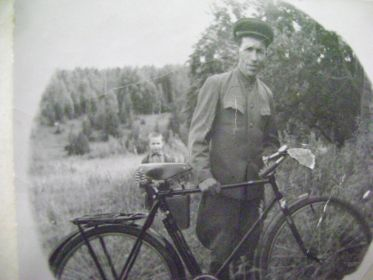 Александр Трофимович и сын Леонид на втором плане