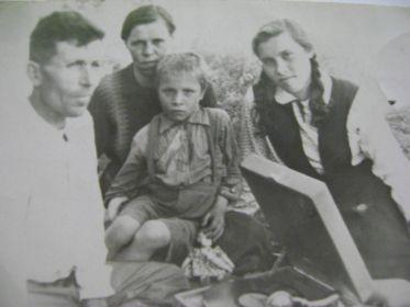 С женой Анастасией, детьми: Зоей (1936г.р.) и Леонидом (1946г.р.) слушают патифон, который подарила им дочка Августа