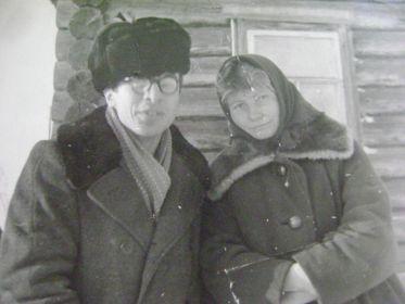 Леонид с троюродной сестрой Фаиной в Максаках. Он там работал завклубом.
