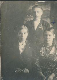 Мой дядя вместе с сёстрами Катей и Олей (моя мама). Перед войной.