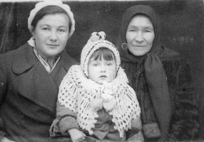 Мать с сестрой и племяницей