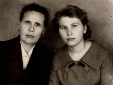 На фото: Александра Никандровна с дочерью Зинаидой