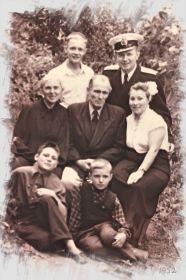 Глеб Михайлович с родителями и супругой в кругу близких родственников