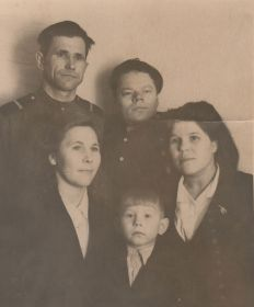 после военное фото старший сын Владимир(не в форме) с женой и друзьями