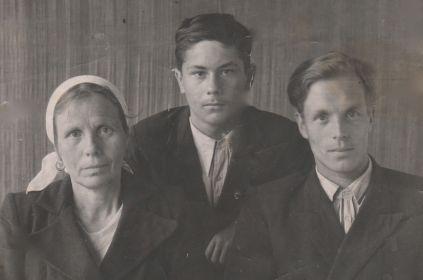 слева мама Мария справа Дмитрий (таким ушёл на фронт)